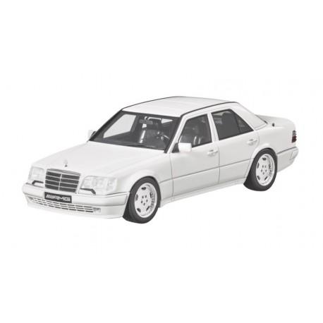 Original Mercedes-Benz W124 E60 Modellauto 1:18 weiß GT Spirit B66040640
